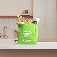 un sac de courses Instacart posé sur une table de cuisine