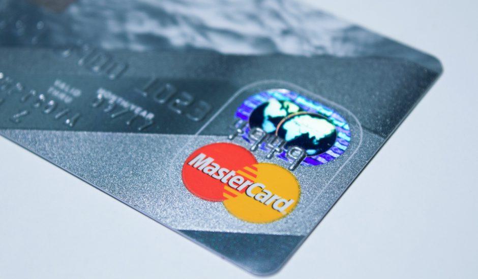 Mastercard collabore avec Samsung pour lancer des cartes bancaires avec capteur d'empreinte digitale.