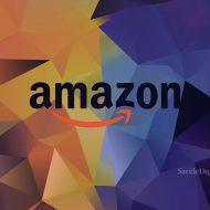 Le logo d'Amazon sur un fond géométrique coloré.