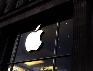 Le logo d'Apple sur la devanture d'un magasin.