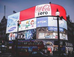 Des panneaux publicitaires dans la rue.