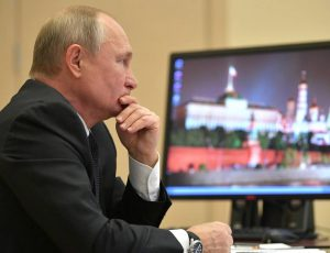 Valdimir Poutine derrière un ordinateur