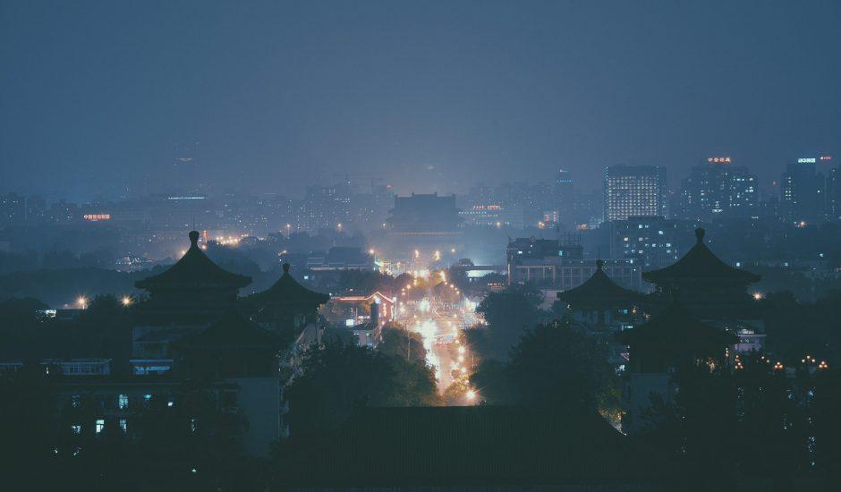 Une ville chinoise de nuit.