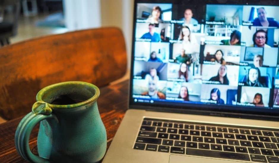 cune visioconférence avec plusieurs participants sur un écran