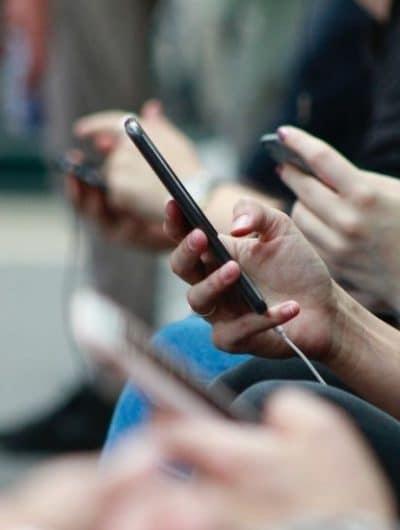 des personnes ayant des conversations en ligne