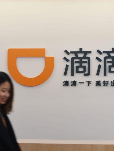 Aperçu de deux femmes devant le logo de Didi Chuxing.