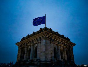 Le drapeau européen flotte au-dessus d'un édifice.