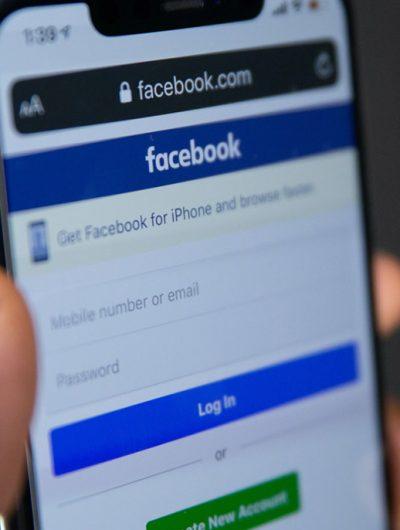Un téléphone ouvre le site de Facebook sur une page web.