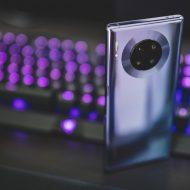 Un smartphone Huawei devant un clavier.