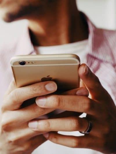 une personne tenant un iPhone sous iOS 14