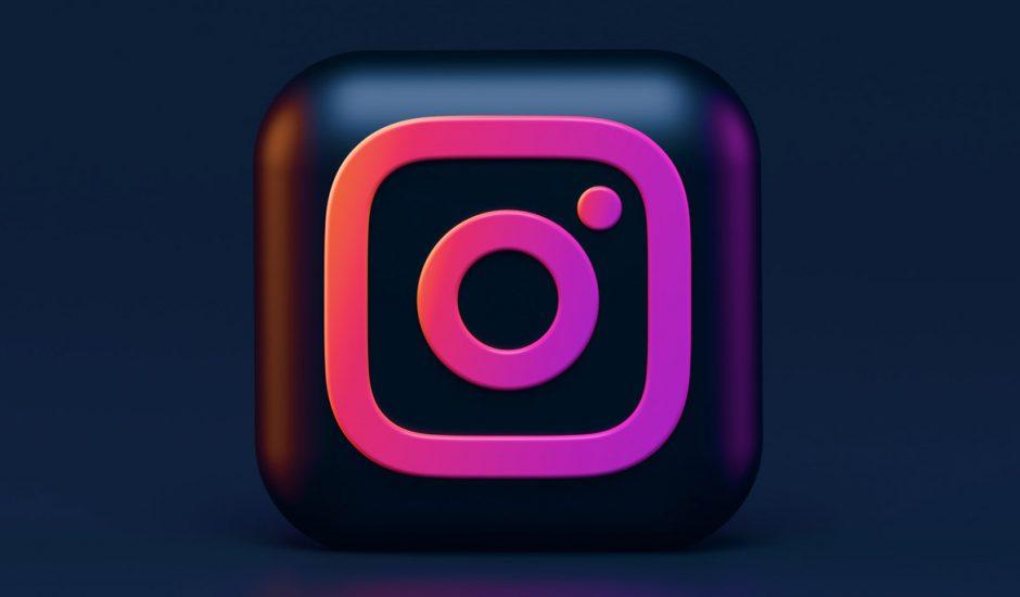 Le logo Instagram en 3D sur un fond bleu noir.
