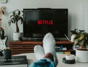 Un homme regarde Netflix sur la télévision de son salon.