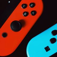 Deux joysticks de Nintendo Switch.