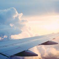 L'aile d'un avion en plein vol.