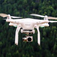 Un drone qui vole au-dessus d'une forêt.
