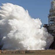 De la fusée émanant des moteurs du premier étage du SLS est expulsée.