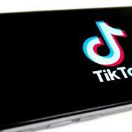 Un smartphone affichant le logo de TikTok.