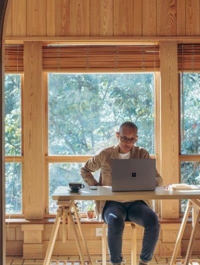 un salarié sur sa plateforme d'expérience numérique