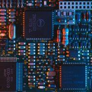 Un circuit imprimé avec de nombreuses puces informatiques