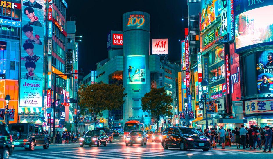 Le quartier de Shibuya, à Tokyo, photographié de nuit.