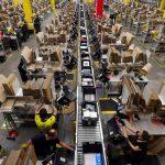 Des employés d'Amazon en train de travailler
