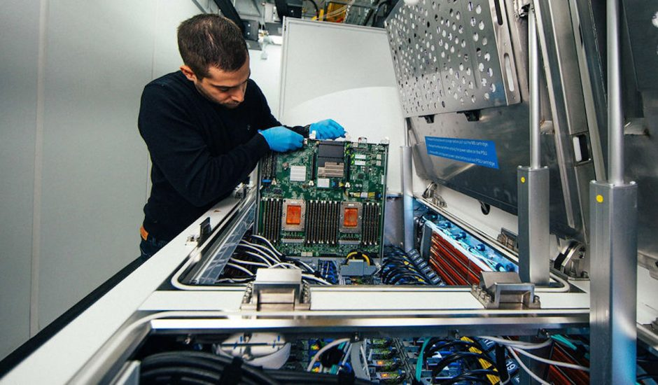 Aperçu d'un travailleur au sein d'un data center chez Microsoft.