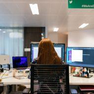 Photographie du femme travaillant sur ordinateur affichant l'interface d'un services cloud.