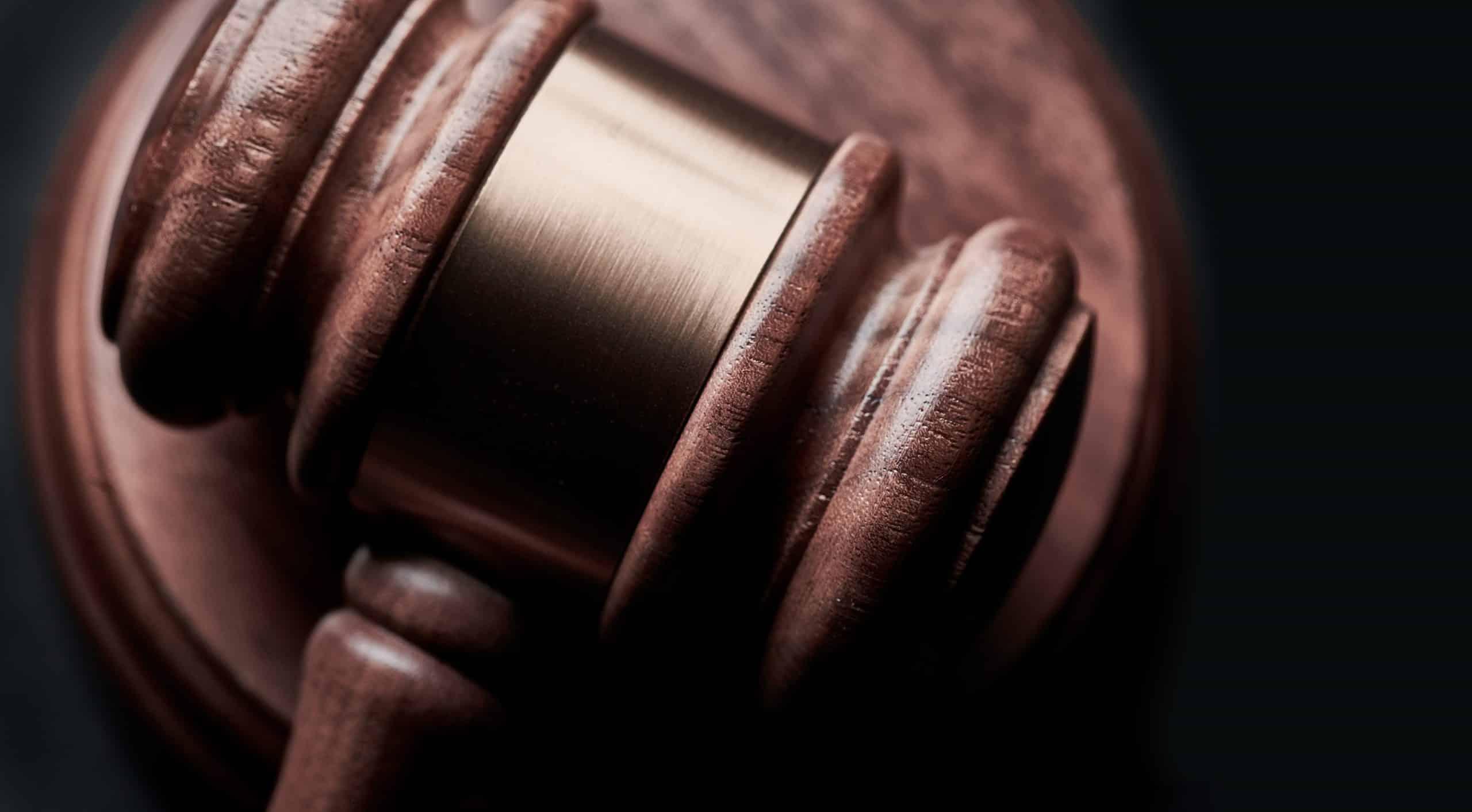 Photographie du marteau de la justice. Protection données et services cloud