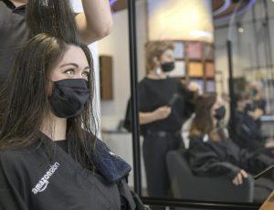 une femme se faisant coiffer chez Amazon Salon