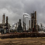 Une usine en train de rejeter du gaz à effet de serre.