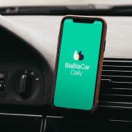 téléphone avec blablacar daily dans une voiture