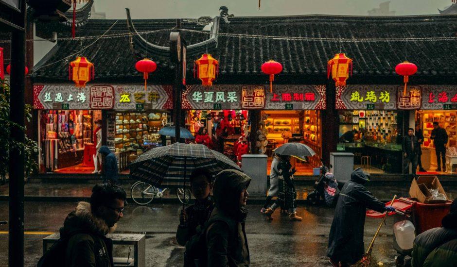 Une rue chinoise photographiée sous la pluie.