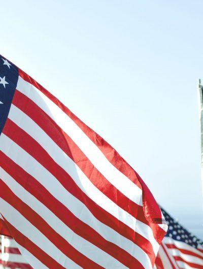 Des drapeaux américains flottent au vent