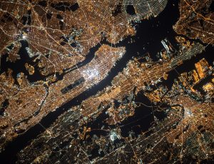 Une image de New York capturée la nuit par un satellite.