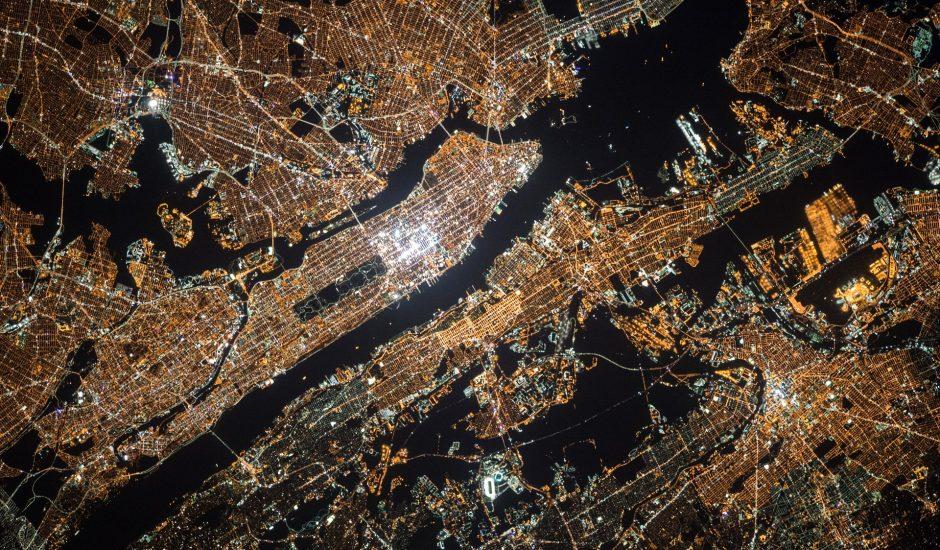 Une image de New York capturée la nuit par un satellite.