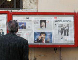 un homme lisant la presse