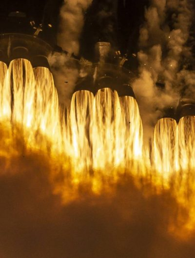 Les moteurs du lanceur Falcon Heavy en marche.