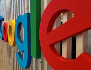 Le logo de Google sur la devanture d'un édifice en bois.