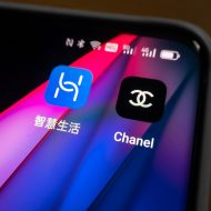 les logos de Huawei et Chanel sur un iPhone