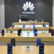 Des smartphones Huawei en vente dans un magasin.