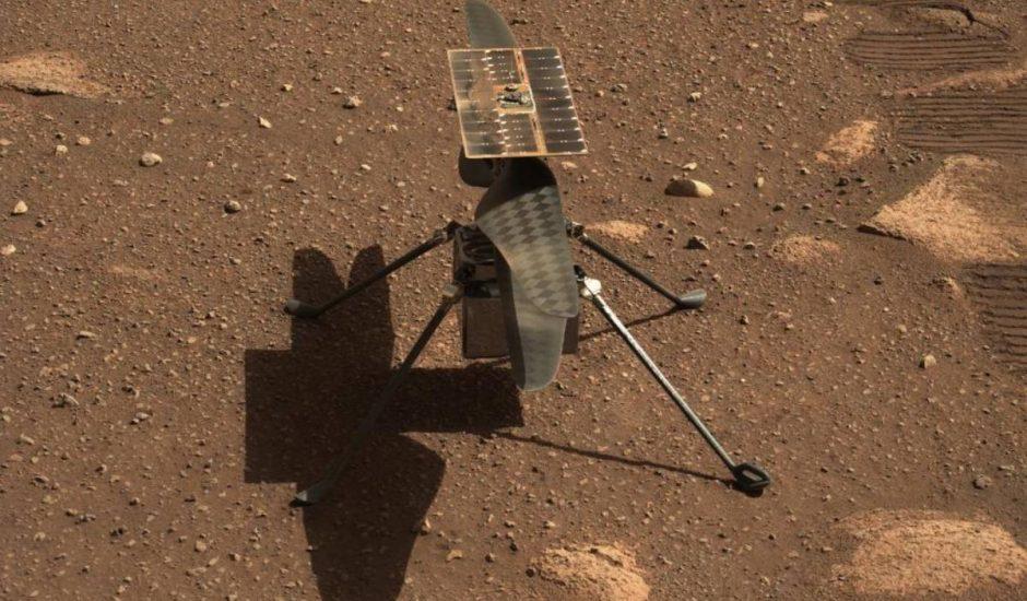 Ingenuity posé par sur le sol martien et photographié par Perseverance.