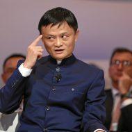 Jack Ma se touchant le front avec le doigt.