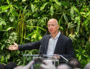 Jeff Bezos en train de faire un discours.