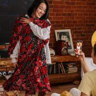 Une femme essaye une robe pendant que son amie la filme.