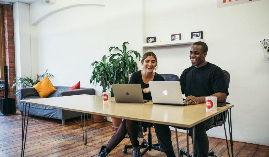 deux professionnels mettant en place un réseau social d'entreprise