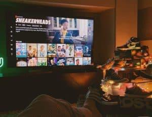 Photo d'un fan de sneakers devant la série Sneakersheads de Netflix
