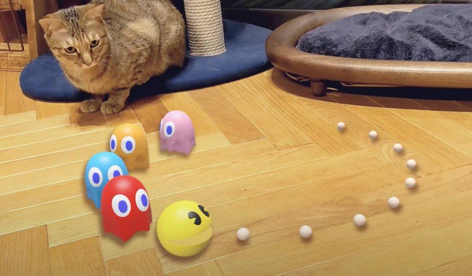 Pac-Man apparaît en réalité augmentée dans le salon de quelqu'un.