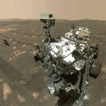 Le rover Perseverance prend un selfie à la surface de Mars.