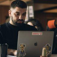 un freelance travaillant sur son mac