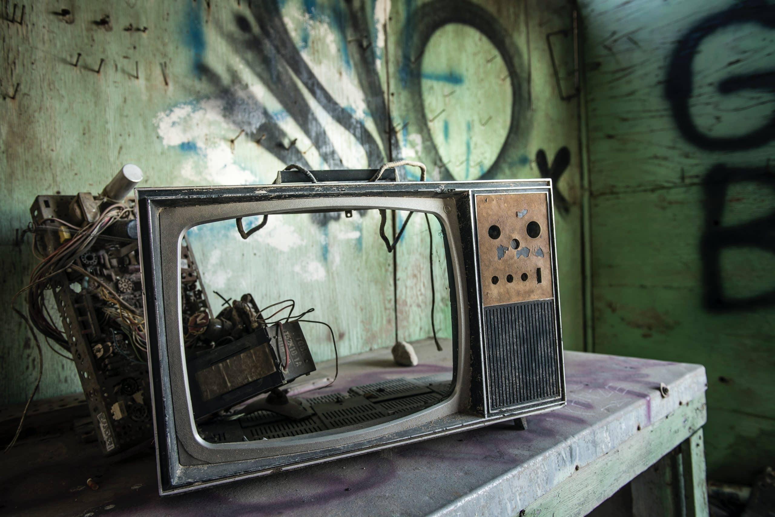 Photographie d'un écran de télévision en décomposition. Le recyclage des ordinateurs reste faible.